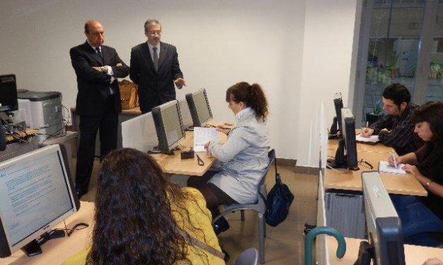 López Iglesias presenta en Badajoz los primeros exámenes de conducir teóricos por ordenador