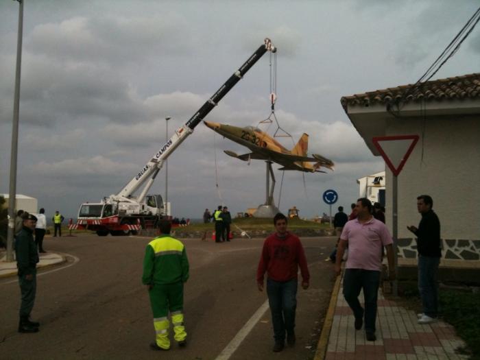 Operarios de la Base Aérea de Talavera la Real desmontan el avión de combate F-5 de la rotonda de Castuera