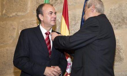 Monago recibe la Insignia de Oro de la Asociación Extremeña para la Promoción de Fútbol Sala