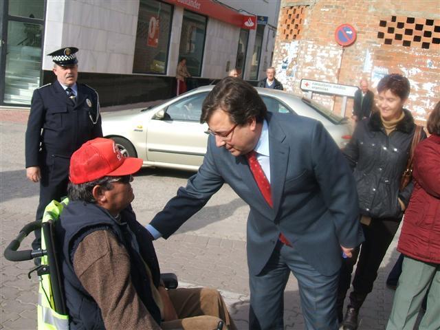 Fernández Vara se compromete a estudiar las peticiones de los alcaldes de Madroñera y Aldeacentenera