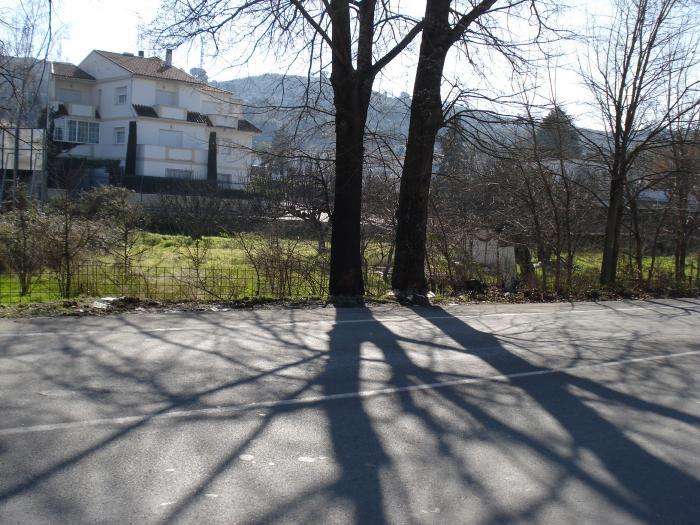 Seis jóvenes resultan heridos de diversa consideración al chocar su coche contra un árbol en Navalmoral