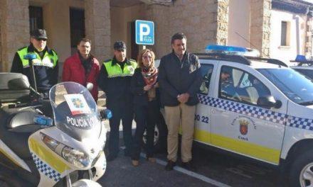 El alcalde de Coria presenta el nuevo coche que usarán los efectivos de la Policía Local