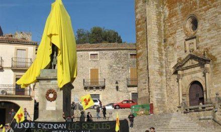 Ecologistas en Acción reclama el cierre de Almaraz cubriendo con una tela la estatua de Pizarro en Trujillo