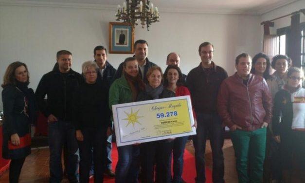 """El consistorio de Coria entrega el cheque valorado en 1000 euros de la campaña """"Coria, Comercio y Vida"""""""