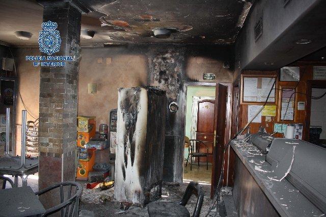 La Policía Nacional desaloja un inmueble de Plasencia por el incendio de un bar situado en su planta baja