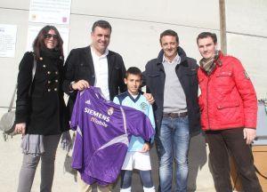 El exportero cauriense César Sánchez recibe un homenaje en una convivencia de fútbol base en Coria