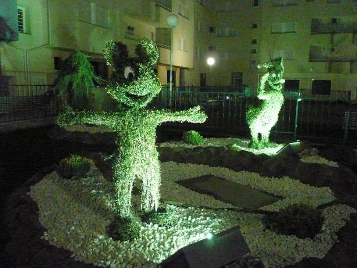 Moraleja instala figuras topiarias de personajes de Walt Disney en la plaza de Emeterio Martín