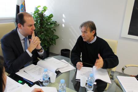 Hernández Carrón presenta a Escobar el borrador de la Ley de Renta Básica de Extremadura