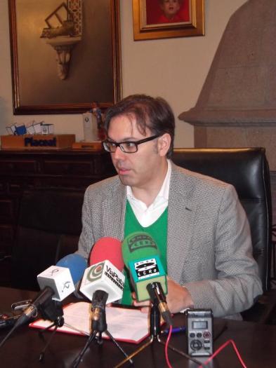 El alcalde de Plasencia se mantiene abierto al diálogo con los taxistas pero exige que se cumpla el convenio