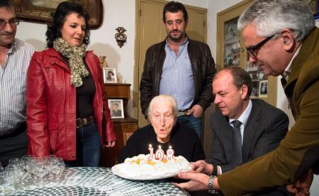 """Monago celebra con Eugenia Barroso, la """"abuela"""" de Valencia del Ventoso, su 108 cumpleaños"""