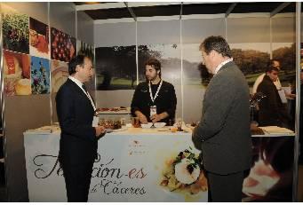 Laureano León visita el stand de la Diputación de Cáceres en la feria gastronómica Madrid Fusión