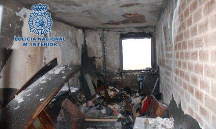 Agentes de la Policía Nacional rescatan en Cáceres a una familia tras incendiarse la vivienda en la que dormían