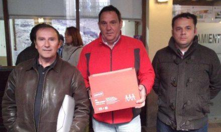 Los taxistas de Plasencia entregan más de 5.200 firmas al ayuntamiento para exigir la parada de la plaza