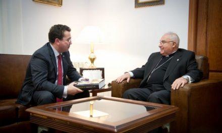 Fernando Manzano ofrece el Patio Noble del Parlamento para que la Iglesia exponga su patrimonio artístico