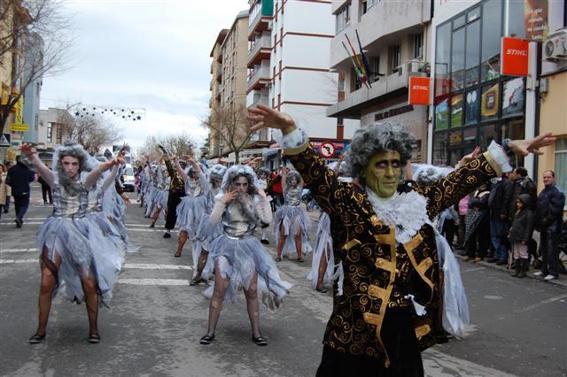 El mal tiempo deslució el desfile del domingo de carnaval en Navalmoral, que se celebró pese a la lluvia