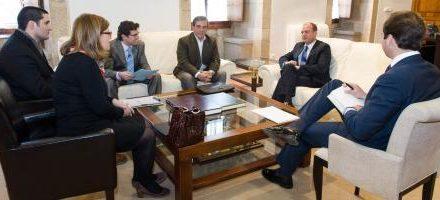 Monago recibe a los partidos políticos minoritarios para abordar la posible reforma de la Ley Electoral regional