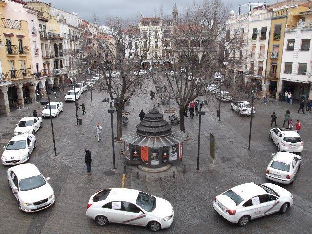 Los taxistas de Plasencia aceptan no regresar a la parada de la plaza e inician los contactos con Pizarro