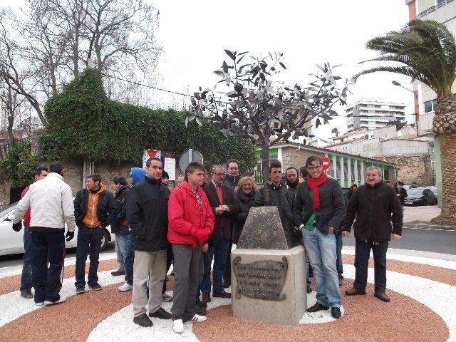 Los usuarios de la Finca Capote elaboran una escultura de un cerezo para la rotonda de La Salle