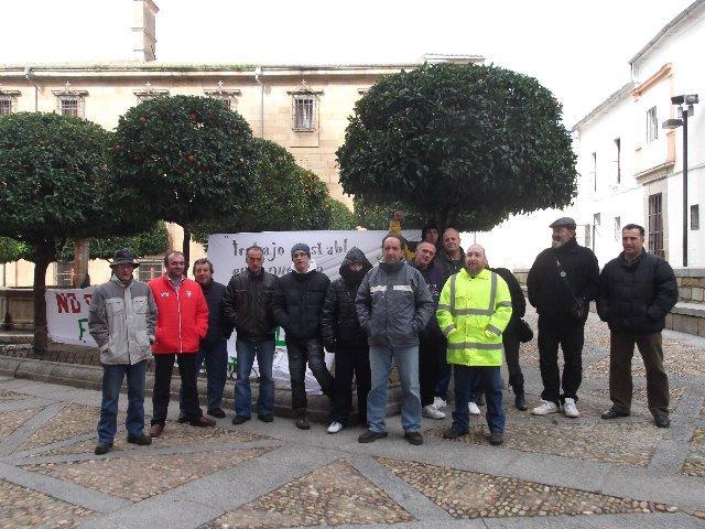 La Plataforma por el Empleo de Plasencia acampa en la plaza de la Catedral y exige medidas al ayuntamiento