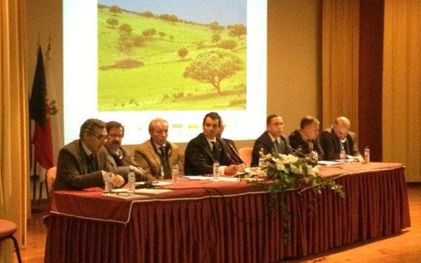Carrilho anima a buscar soluciones para evitar el aislamiento y la despoblación de esta zona rayana