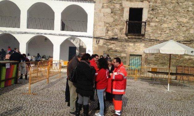 Voluntarios de Cruz Roja recaudan en el Día de la Banderita celebrado en Alcántara más de 550 euros