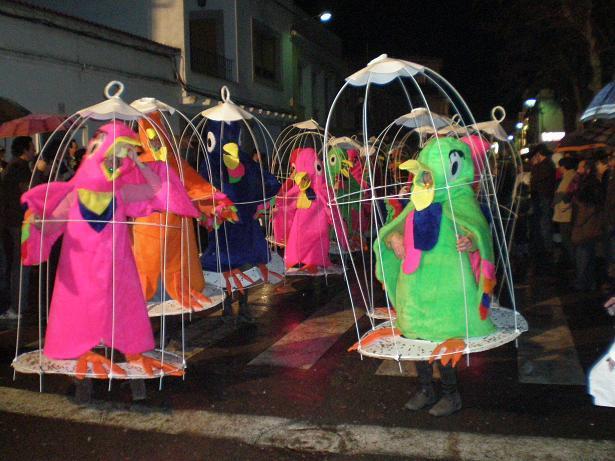 Un total de 51 comparsas desfilan en Casar de Cáceres con una media de veinte componentes cada una