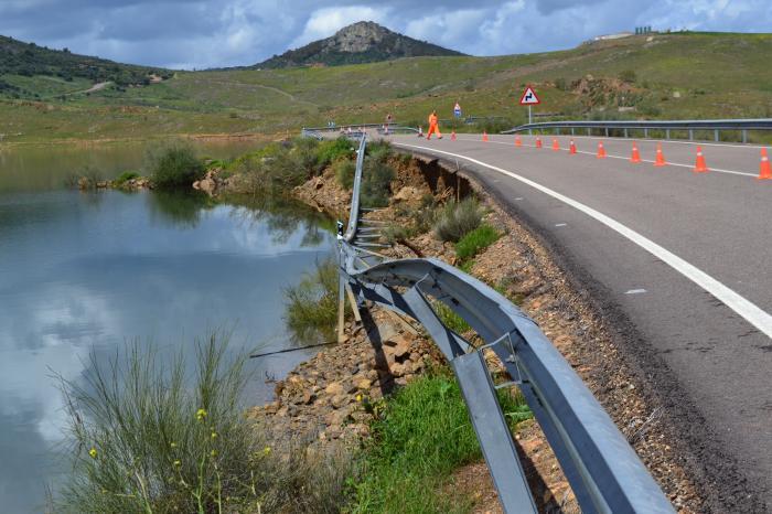 La Consejería de Fomento habilita un carril alternativo para el tráfico en la EX-322 en la provincia de Badajoz