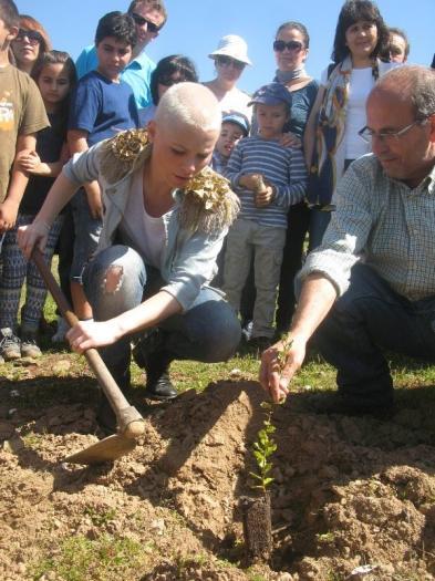 Soraya clausura el VI Festivalino de Pescueza con la tradicional plantación de árboles y un gran concierto