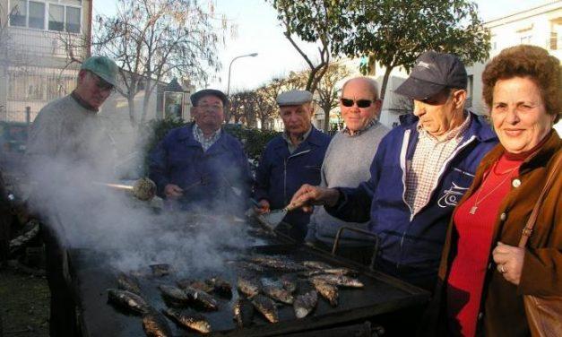 El Hogar de los Pensionistas de Coria asa alrededor de 30 kilos de sardinas y despide las fiestas del carnaval