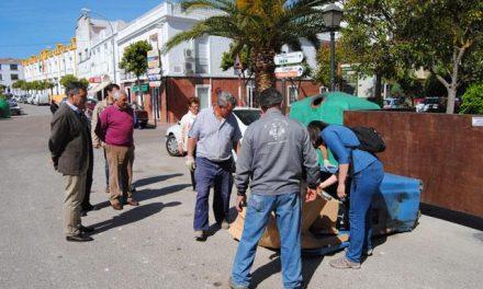 Técnicos especializados analizan el interior de los contenedores de residuos Valencia de Alcántara