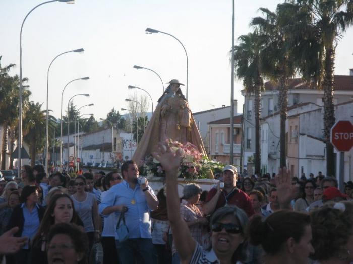Cientos de personas reciben a la Virgen de la Vega, patrona de Moraleja, en su llegada a la localidad