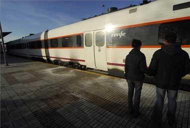 Un tren ha sufrido un incendio en los bajos de un vagón en la estación ferrocarril de Cáceres