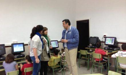 García Ballestero visita el aula de informática del colegio público San José de Rincón del Obispo