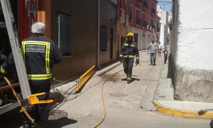 Varios vecinos  evitan la propagación de un incendio originado en un edificio de Moraleja