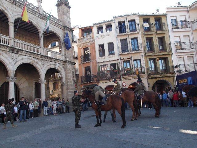La Guardia Real realiza un pasacalles en Plasencia y entrega un escudo a la corporación municipal