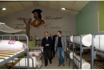 """Laureano León inaugura en Madrigalejo el albergue """"Fernando el Católico"""" dotado con 40 plazas"""