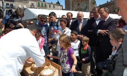 Decenas de personas aprenden a hacer queso en un taller tradicional en la Plaza Mayor de Trujillo
