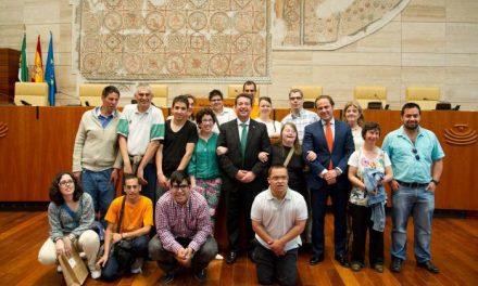 Alumnos del Taller  'Luis Zambrano' de Badajoz y del Colegio 'El Vivero' visitan el Parlamento de Extremadura