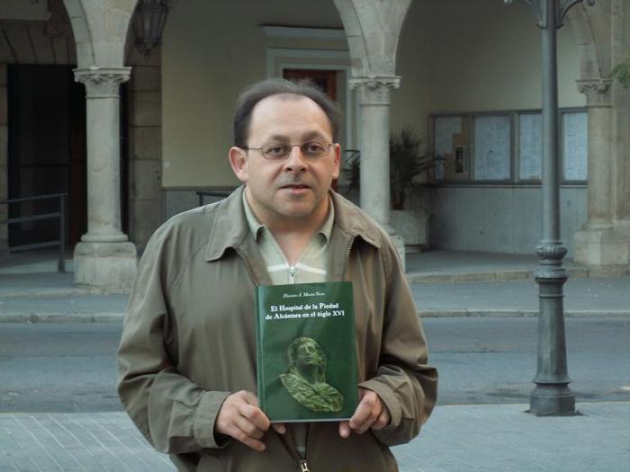 El Ayuntamiento de Alcántara edita un libro de Dionisio Martín que recoge la historia del hospital la Piedad