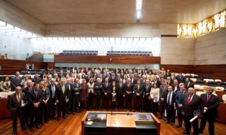 El Parlamento de Extremadura celebra su 30 aniversario con una defensa de la etapa autonómica