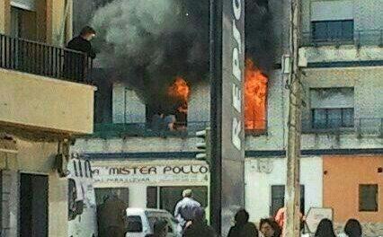 Un aparatoso incendio calcina una vivienda en Montehermoso aunque se salda sin daños personales