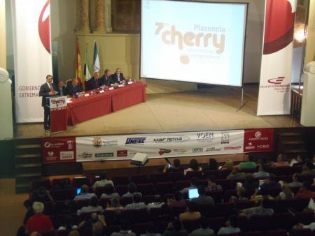 Echávarri inaugura en Plasencia el Simposio de la Cereza y anima al sector a una mayor formación
