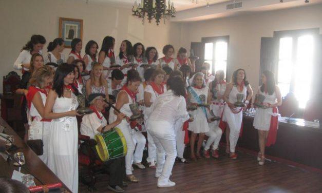 El consistorio de Coria rinde homenaje a las reinas de San Juan y al abanderado honorífico