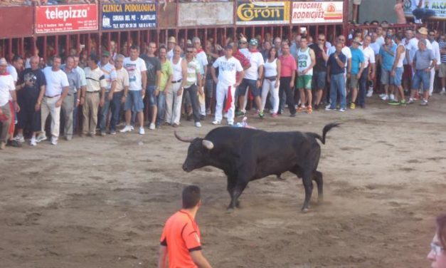 El toro de la tarde de San Juan cornea en el brazo a dos aficionados y deja varios lesionados