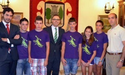 Los componentes del equipo infantil de piragüismo son recibidos por el alcalde y el edil de Deportes de Plasencia
