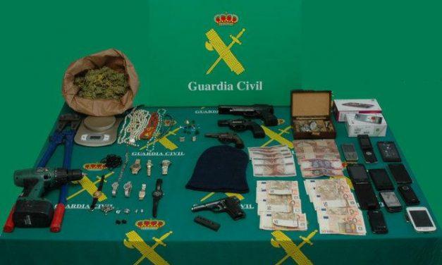 La Guardia Civil detiene a los cuatro integrantes de una banda organizada que operaba en las dos provincias