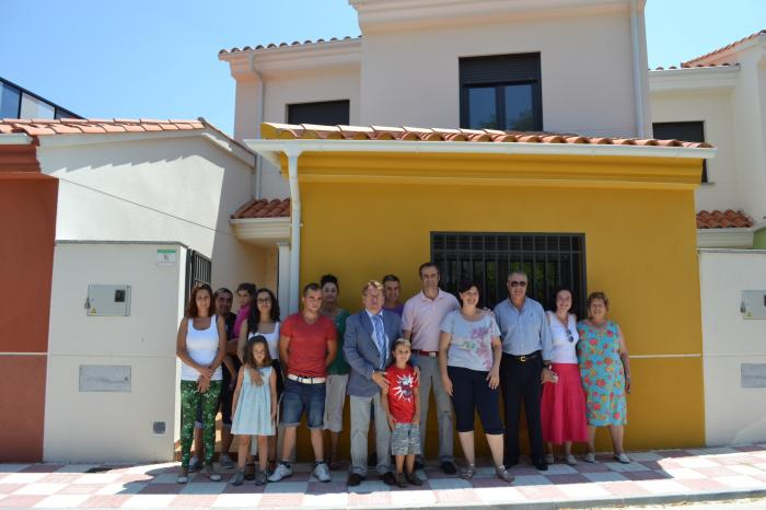 El consejero de Fomento entrega cinco viviendas de promoción pública en el municipio de Valdeobispo