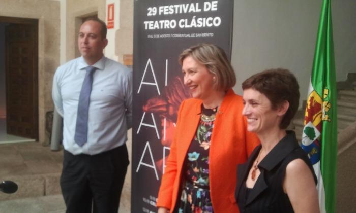 La consejera de Cultura  resalta que el Festival de Alcántara suma riqueza patrimonial y cultura
