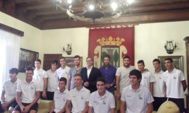 El equipo de Cadetes de la Unión Polideportiva Plasencia es recibido por el alcalde y el edil de Deportes