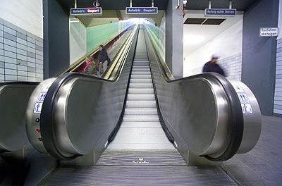 Una niña queda atrapada en una escalera mecánica del centro comercial Conquistadores de Badajoz
